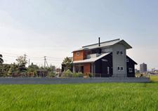 バルコニーに小さなコテージのある家|吉川市