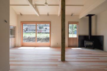 アンティーク部材と塗装仕上げの家の画像