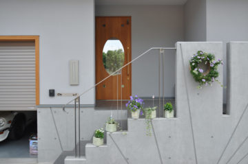 玄関ドアの楕円のガラスの先はの画像