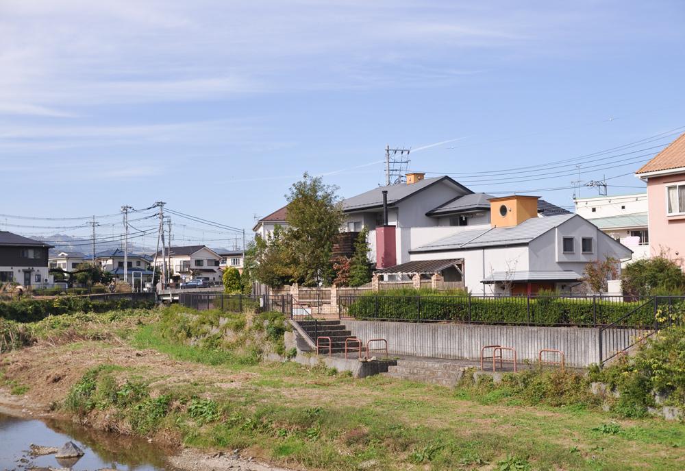 犬目川沿いの遊歩道に建つ家