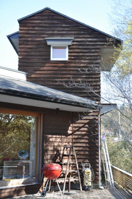 屋根(軒)の有無で、こんなに違う杉板の経年変化(10年間)の画像