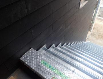 鉄骨(亜鉛メッキ)の外部階段 搬入の画像