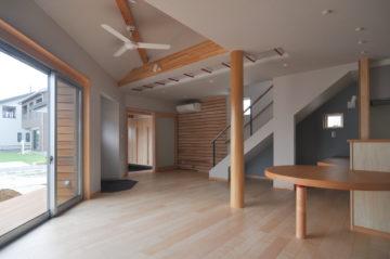 室内と外部空間の一体化の三角形プラン 広い敷地を有効に活用の画像