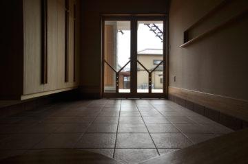 引き分けのガラス玄関建具の画像