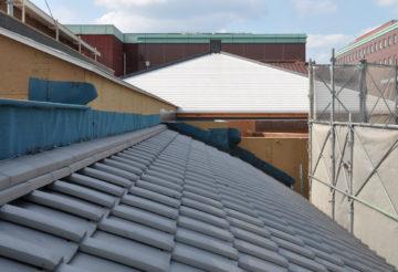 いぶし銀の日本瓦(むくりあり)と金属(ガルバニウム鋼板)の屋根の画像