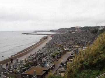 海岸に面した大規模な自然発生型の墓地【花見潟墓地 鳥取県東伯郡琴浦町】の画像