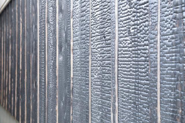 【焼杉(縦羽目板 )の腰壁】倉吉白壁土蔵群(鳥取)の画像