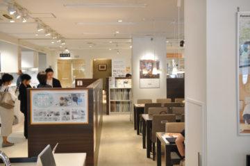 【住宅機器のショールームで、見積もりの商品を確認】設計事務所の家づくりの画像