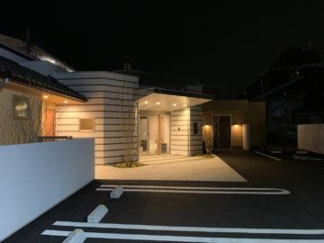 【シティホール飯能(家族のためのセレモニーホール)夜景】埼玉の建築家の画像