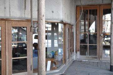 【アトリエの木製窓のガラス掃除 メンテナンス】埼玉の建築設計事務所の画像