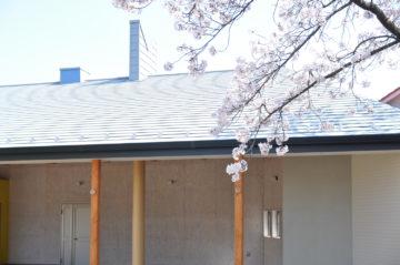 【かぴら幼稚園 第2園舎 竣工(坂戸市)】 園庭側外観&多目的テラス&外廊下の画像