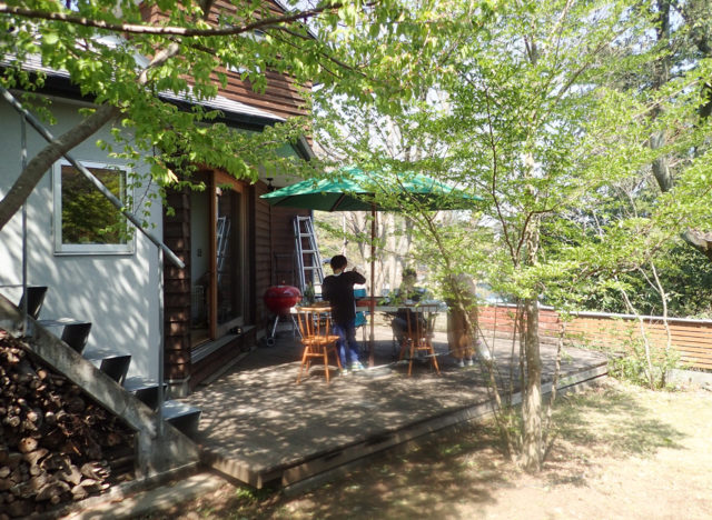 【家で過ごそう:庭(デッキテラス)でランチ】日高市の家づくりの画像
