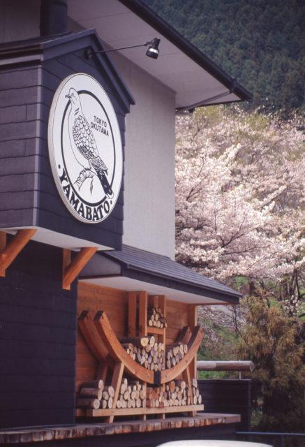 【JR青梅線 鳩ノ巣駅前 『山鳩カフェ』  桜&薪棚】カフェデザインの画像