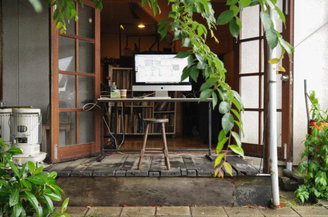 【本日はワックス掛けのため、事務所の軒下でデスクワーク】設計事務所の日常の画像