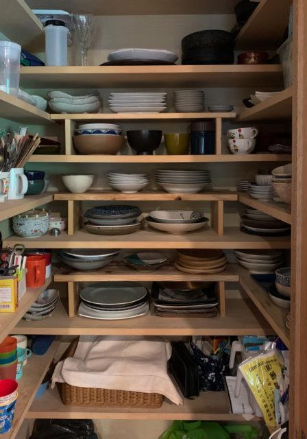 『台所脇の食器庫』DIYで棚を増やして、使いやすくする!の画像