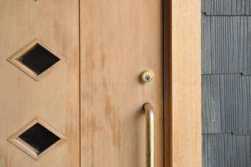 【完成から20年経過した玄関木製ドアを『アク洗い』してリペア】木の家のメンテナンスの画像