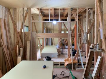 外の気温は37°だけど、室内はちょっと涼しい一戸建て住宅の建築現場の画像