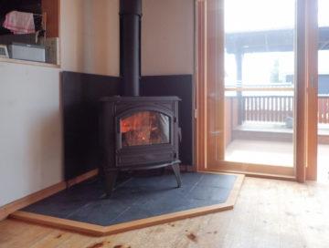 【築20年 2階リビングの住宅に薪ストーブ設置】真夏の点火式の画像