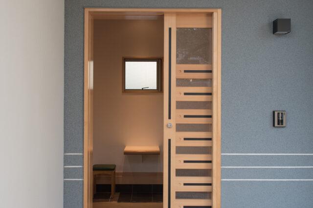【打ち合わせのためのミニテーブル(造り付け)のある玄関】埼玉の設計事務所の家づくりの画像