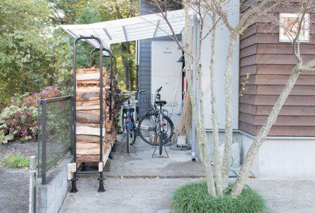 【我が家の自転車置き場問題】DIY:家の空きスペースに「自転車置き場(屋根)」&薪置き場をつくってみるの画像
