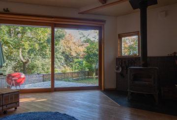 【リビングから見える高麗川沿いの紅葉(借景)】埼玉の設計事務所の家づくりの画像