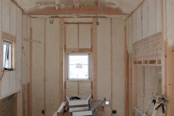 【家づくりの現場:木造新築住宅】断熱材:現場発泡ウレタンフォーム(アクアフォーム)の施工の様子の画像