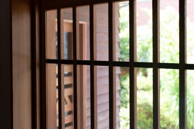 【網戸の季節】木製ガラス戸一本引き&戸袋の中の網戸の画像
