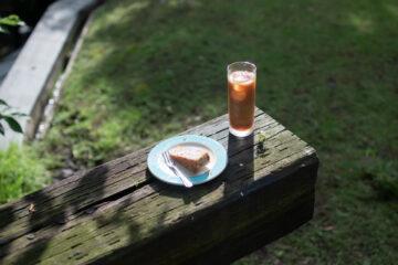 芝刈をしながら、カフェ・アマルフィのアイスコーヒー&ケーキの画像