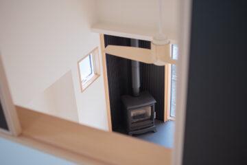 2階の開口部から階下のリビングを見下ろすの画像