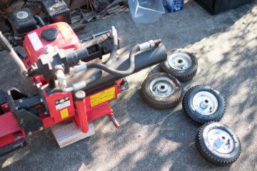 エンジン式の薪割り機のタイヤ交換の画像