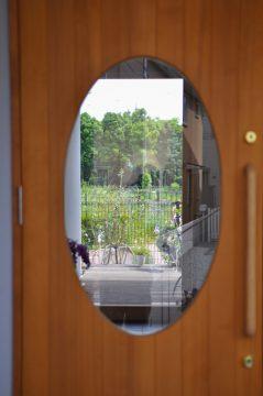 玄関ドア:楕円のガラスの先は・・・の画像